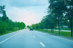 Дорога шоссе в Thailland с зеленым деревом вокруг стоковые изображения rf