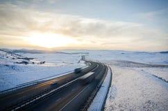 Дорога шоссе над горами с высокоскоростными машинами и тележками дальше Стоковая Фотография