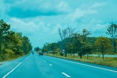 Дорога шоссе с зеленым деревом в влиянии фильтра Таиланда стоковое изображение rf