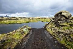 Дорога F207 Lakagigavegur пересекая брод в пути к зоне борозды Lakagigar вулканической в южных гористых местностях Исландии стоковые фото
