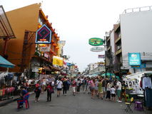 Дорога Khao Сан популярное известно описанное как центр укладывая рюкзак вселенной в Бангкоке Стоковая Фотография