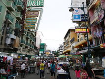 Дорога Khao Сан популярное известно описанное как центр укладывая рюкзак вселенной в Бангкоке Стоковое Изображение