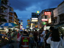 Дорога Khao Сан популярное известно описанное как центр укладывая рюкзак вселенной в Бангкоке стоковые фотографии rf