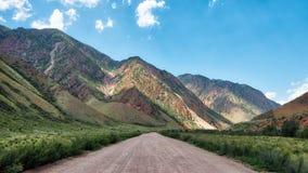 Дорога Kyzyl-Oi, Кыргызстан принятый в августе 2018 стоковое изображение