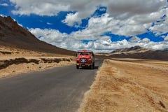 Дорога Manali-Leh в индийских Гималаях с грузовиком. Ladakh, Индия Стоковое Изображение RF