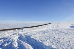 Дорога Snowy во время зимы в Исландии Стоковые Фотографии RF