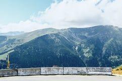 Дорога Transalpina с утесами и холмами травы, горами Parang Стоковое Изображение