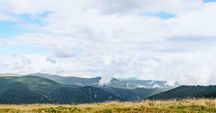 Дорога Transalpina с утесами и холмами травы, горами Parang Стоковое Фото