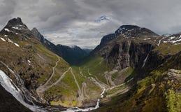 Дорога Trollstigen Панорама дороги мира известной curvy Trollstigen с резкими поворотами с пасмурным солнечным небом дальше стоковая фотография