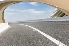 Дороги асфальта и абстракция современной архитектуры Стоковая Фотография RF