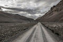 Дороги в тибетском ландшафте, Тибет стоковые фото