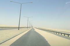 Дороги заполненные песком в саудовской пустыне стоковые фото