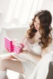 Дорогой подарок для беременной женщины стоковое фото rf