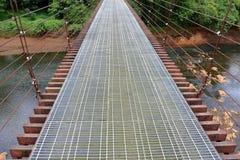 Дорожка висячего моста к джунглям Стоковая Фотография RF