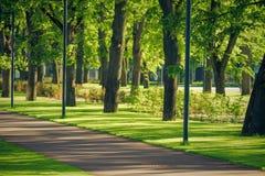 Дорожка в общественном парке Пустая дорога велосипеда в парке города Стоковая Фотография RF