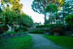 Дорожка в саде на побережье Средиземного моря Ravello, побережье Амальфи на вилле Rufolo стоковые изображения