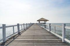 Дорожка деревянного моста в море Стоковые Изображения