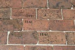 Дорожка кирпича вытравленная с годом 1861 и 1981 Стоковая Фотография RF