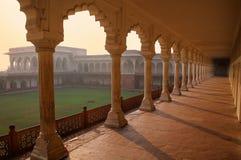 Дорожка колоннады водя к Diwan-i- Khas Hall частного Audi Стоковые Фотографии RF