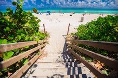Дорожка к известному южному пляжу, Miami Beach, Флориде Стоковое Фото