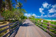 Дорожка к известному южному пляжу, Miami Beach, Флориде Стоковая Фотография RF