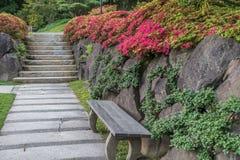 Дорожка, стена и цветки 4 Стоковое Фото