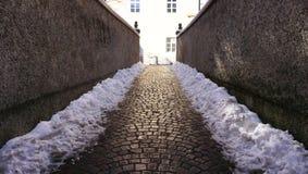 Дорожка с снегом в oldtown Стоковая Фотография