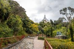 Дорожка na górze холма Monserrate с церковью Monserrate на предпосылке - Боготе, Колумбии Стоковые Фотографии RF