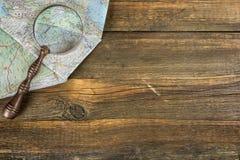 Дорожная карта и увеличитель Восточной Европы современные на деревянной таблице Стоковая Фотография