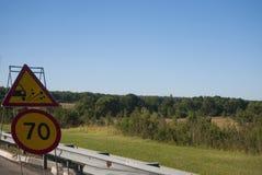 2 дорожного знака: ограничение в скорости до 70 стоковые фотографии rf