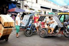 Дорожное движение в Маниле, Филиппинах, с типичными tuks tuk Стоковое фото RF