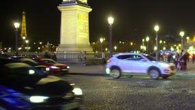 Дорожное движение около Места de Ла конкорда на предпосылке Эйфелева башни, ноче Париже видеоматериал