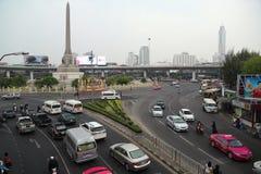 Дорожное движение около памятника победы в Бангкоке, Таиланде стоковое изображение rf