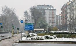 Дорожные знаки в милане, Ломбардии, Италии указывая к различным ориентир ориентирам включая стадион San Siro и авиапорт Linate стоковая фотография rf