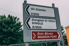 Дорожные знаки к Брэндону указывают, популярная птица и пятно морской жизни наблюдая на полуострове Dingle в Керри графства Стоковая Фотография RF