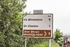 Дорожные знаки к Брэндону указывают, популярная птица и пятно морской жизни наблюдая на полуострове Dingle в Керри графства Стоковое фото RF