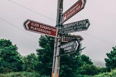 Дорожные знаки к Брэндону указывают, популярная птица и пятно морской жизни наблюдая на полуострове Dingle в Керри графства Стоковые Изображения