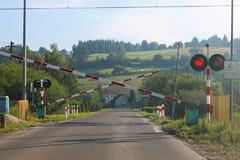 Дорожные знаки на железнодорожном переезде с барьером Организация транспортной системы европейской страны Красная белая расцветка Стоковое Изображение RF