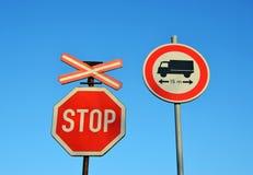 дорожные знаки останавливают тележку перехода поезда стоковые фотографии rf