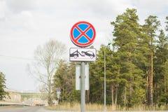 Дорожные знаки Остановите запрещает Эвакуатор работает стоковые фотографии rf