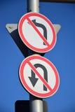 Дорожные знаки ОТСУТСТВИЕ ЛЕВОГО ПОВОРОТА, ОТСУТСТВИЕ РАЗВОРОТА Стоковые Фото