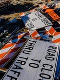 Дорожные знаки штабелированные среди строительного мусора стоковая фотография rf