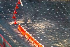 Дорожный блок и улица на поле скопируйте космос стоковое изображение