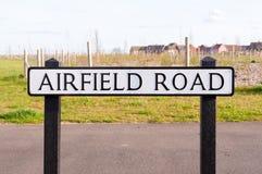 Дорожный знак авиаполя на деревянном столбе Стоковое фото RF
