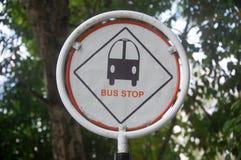 Дорожный знак автобусной остановки на мужском городе Мальдивах Стоковая Фотография