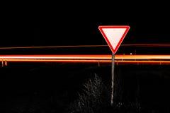 Дорожный знак дает путь Стоковое Фото
