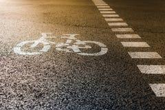 Дорожный знак велосипеда на улице Стоковые Изображения RF