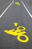 Дорожный знак велосипеда покрашенный на выстилке Стоковые Изображения RF
