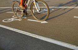 Дорожный знак велосипеда и всадник велосипеда Стоковые Фотографии RF