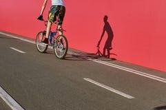 Дорожный знак велосипеда и часть всадника велосипеда Стоковые Изображения